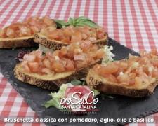 Bruscheta clásica con tomate, ajo, aceite y albahaca