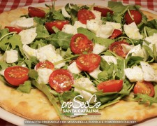 Focaccia Crudaiola con queso mozzarella, rúcula y tomate cherry