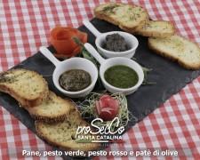 Pan, pesto verde, pesto rojo y paté de aceitunas