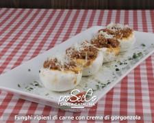 Champiñones rellenos de carne y cremoso de gorgonzola