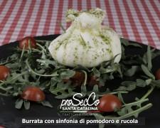 Burrata con sinfonía de tomate y rucula