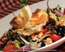 Ensalada gourmet con queso de cabra tostado y salsa de frutas del bosque