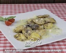 Ravioli con trufas y queso parmesano con salsa de champiñones